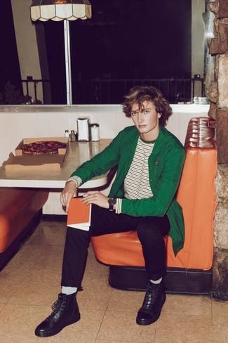 Cómo combinar: botas casual de cuero negras, pantalón chino negro, camiseta de manga larga de rayas horizontales en blanco y verde, chaqueta estilo camisa verde