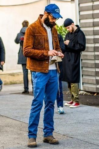 Combinar una chaqueta estilo camisa de ante en tabaco: Considera emparejar una chaqueta estilo camisa de ante en tabaco junto a un pantalón chino azul para las 8 horas. ¿Te sientes ingenioso? Dale el toque final a tu atuendo con botines chelsea de ante marrónes.