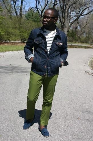 Combinar un mocasín con borlas de ante azul marino: Intenta combinar una chaqueta vaquera azul marino junto a un pantalón chino verde para un almuerzo en domingo con amigos. ¿Te sientes valiente? Elige un par de mocasín con borlas de ante azul marino.