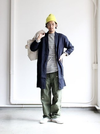 Combinar un pantalón chino verde oscuro: Este combo de un chubasquero azul marino y un pantalón chino verde oscuro te permitirá mantener un estilo cuando no estés trabajando limpio y simple. Tenis de cuero blancos son una opción estupenda para complementar tu atuendo.