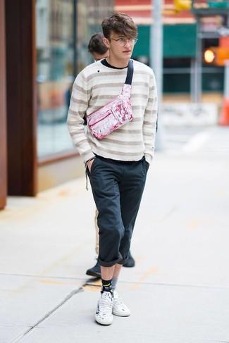 Cómo combinar: tenis de cuero estampados blancos, pantalón chino negro, camiseta de manga larga negra, jersey con cuello circular de rayas horizontales en beige