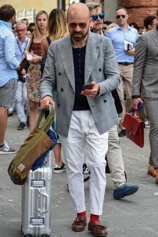 Combinar un blazer cruzado de tartán gris: Casa un blazer cruzado de tartán gris junto a un pantalón chino blanco para después del trabajo. ¿Te sientes valiente? Haz mocasín de cuero сon flecos burdeos tu calzado.