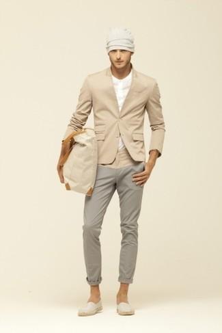 Cómo combinar: alpargatas de lona en beige, pantalón chino gris, camiseta henley en beige, blazer marrón claro