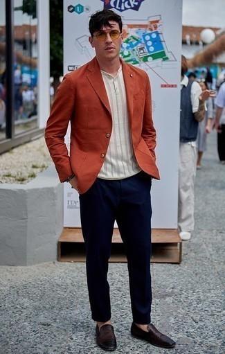 Combinar una pulsera: Ponte un blazer naranja y una pulsera transmitirán una vibra libre y relajada. Con el calzado, sé más clásico y haz mocasín de cuero tejido en marrón oscuro tu calzado.