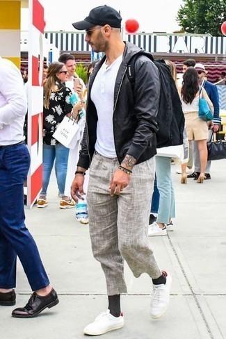 Combinar un pantalón chino de lino en beige: Intenta ponerse una cazadora de aviador de cuero negra y un pantalón chino de lino en beige para un look diario sin parecer demasiado arreglada. ¿Quieres elegir un zapato informal? Completa tu atuendo con tenis de lona en blanco y rojo para el día.
