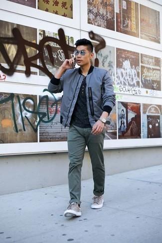 Combinar unos tenis de ante grises: Para un atuendo que esté lleno de caracter y personalidad haz de una cazadora de aviador azul y un pantalón chino verde oscuro tu atuendo. ¿Quieres elegir un zapato informal? Elige un par de tenis de ante grises para el día.