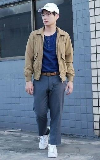 Combinar una camiseta henley: Casa una camiseta henley junto a un pantalón chino azul marino para lidiar sin esfuerzo con lo que sea que te traiga el día. Tenis de lona blancos son una opción inmejorable para completar este atuendo.