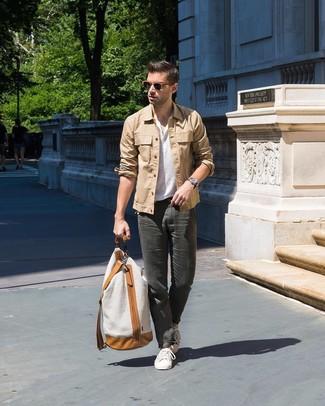 Cómo combinar: tenis blancos, pantalón chino en gris oscuro, camiseta henley blanca, chaqueta estilo camisa marrón claro