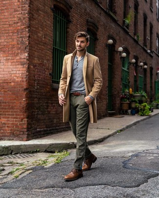 Cómo combinar: botas casual de cuero marrónes, pantalón chino verde oliva, camiseta henley de manga larga gris, abrigo largo marrón claro