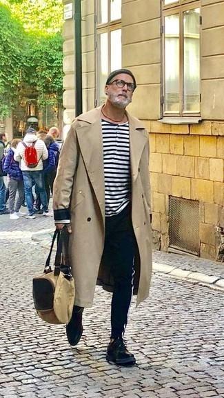 Combinar unos zapatos derby de cuero negros: Elige una gabardina en beige y un pantalón chino azul marino para después del trabajo. Haz zapatos derby de cuero negros tu calzado para mostrar tu inteligencia sartorial.