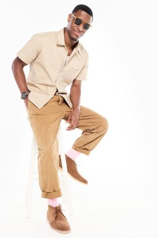 Cómo combinar: botas safari de ante marrón claro, pantalón chino marrón claro, camiseta sin mangas blanca, camisa de manga corta en beige