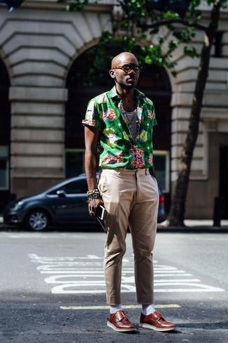 Combinar una pulsera en marrón oscuro: Una camisa de manga corta estampada verde y una pulsera en marrón oscuro son una opción incomparable para el fin de semana. Completa tu atuendo con zapatos derby de cuero marrónes para mostrar tu inteligencia sartorial.