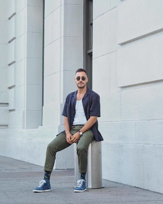 Cómo combinar: gafas de sol verde oscuro, pantalón chino verde oscuro, camiseta sin mangas blanca, camisa de manga corta azul marino