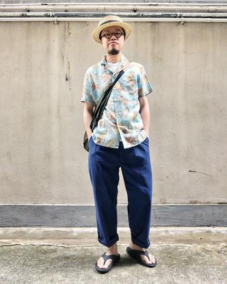Cómo combinar: chanclas negras, pantalón chino azul marino, camiseta sin mangas blanca, camisa de manga corta con print de flores celeste