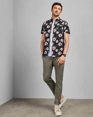 Combinar una camisa: Considera emparejar una camisa con un pantalón chino verde oliva para un almuerzo en domingo con amigos. ¿Te sientes valiente? Haz tenis de cuero en beige tu calzado.