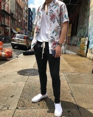Combinar un reloj de cuero negro: Empareja una camisa de manga corta con print de flores blanca junto a un reloj de cuero negro transmitirán una vibra libre y relajada. Con el calzado, sé más clásico y opta por un par de zapatillas slip-on de lona blancas.