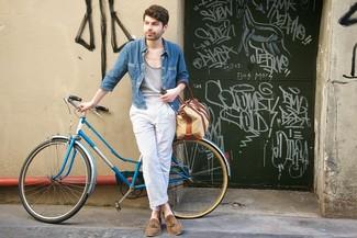 Cómo combinar: mocasín con borlas de ante marrón, pantalón chino de rayas verticales en blanco y azul, camiseta sin mangas gris, camisa vaquera azul
