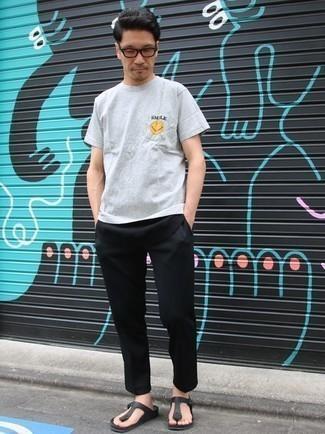 Combinar unas chanclas de cuero negras: Equípate una camiseta con cuello circular estampada gris con un pantalón chino negro para conseguir una apariencia relajada pero elegante. ¿Quieres elegir un zapato informal? Haz chanclas de cuero negras tu calzado para el día.
