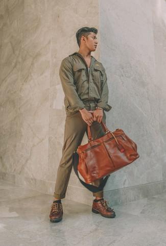 Cómo combinar: zapatos derby de cuero marrónes, pantalón chino verde oliva, camiseta sin mangas gris, chaqueta estilo camisa verde oliva
