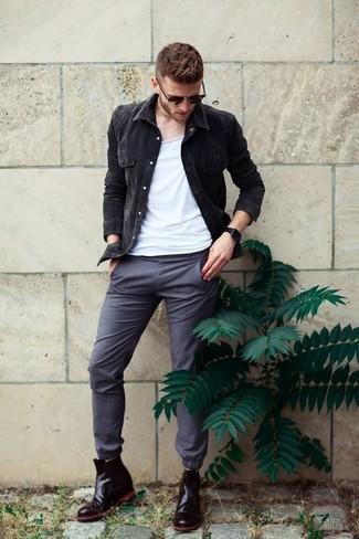 Cómo combinar: botines chelsea de cuero negros, pantalón chino gris, camiseta sin mangas blanca, chaqueta vaquera negra