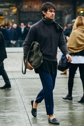 Combinar una camiseta sin mangas en verde azulado: Una camiseta sin mangas en verde azulado y un pantalón chino azul son una gran fórmula de vestimenta para tener en tu clóset. ¿Te sientes valiente? Elige un par de mocasín de cuero negro.