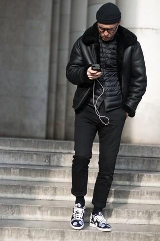 Combinar una chaqueta de piel de oveja negra: Considera emparejar una chaqueta de piel de oveja negra con un pantalón chino negro para conseguir una apariencia relajada pero elegante. ¿Quieres elegir un zapato informal? Haz tenis de cuero en azul marino y blanco tu calzado para el día.