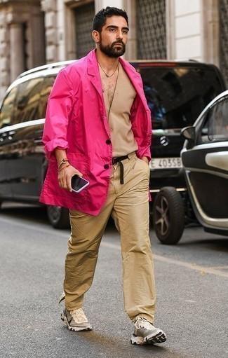 Combinar una correa de lona negra: Un blazer rosa y una correa de lona negra son una opción estupenda para el fin de semana. Deportivas en beige son una opción atractiva para completar este atuendo.