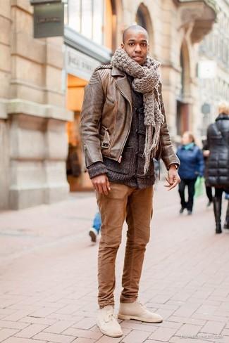 Cómo combinar: botas safari de ante en beige, pantalón chino marrón, chaqueta de punto con botones tipo trenca en gris oscuro, chaqueta motera de cuero marrón