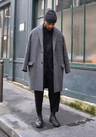 Combinar una chaqueta estilo camisa negra: Intenta ponerse una chaqueta estilo camisa negra y un pantalón chino negro para lograr un estilo informal elegante. Botas casual de cuero negras son una opción muy buena para complementar tu atuendo.