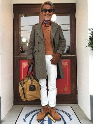 Combinar una chaqueta estilo camisa de ante en tabaco: Usa una chaqueta estilo camisa de ante en tabaco y un pantalón chino blanco para lograr un estilo informal elegante. Botas casual de ante marrónes son una opción incomparable para completar este atuendo.