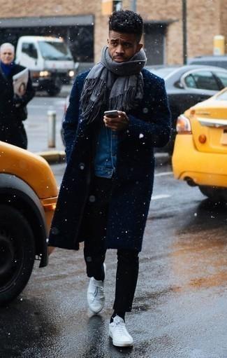 Combinar una bufanda gris: Un abrigo largo azul marino y una bufanda gris son una opción perfecta para el fin de semana. Tenis de cuero blancos son una opción buena para completar este atuendo.
