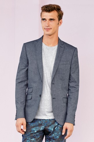 Combinar un pantalón chino con print de flores azul: Si buscas un estilo adecuado y a la moda, haz de un blazer gris y un pantalón chino con print de flores azul tu atuendo.