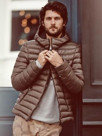 Combinar un plumífero en marrón oscuro: Si buscas un look en tendencia pero clásico, opta por un plumífero en marrón oscuro y un pantalón chino de camuflaje marrón claro.