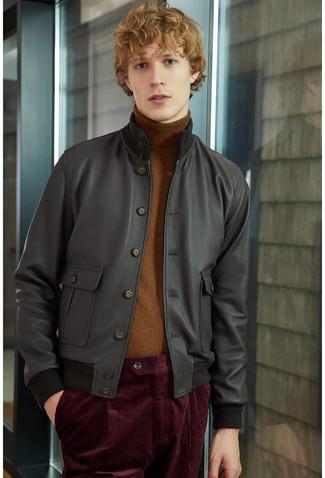Cómo combinar: pantalón chino de pana burdeos, jersey de cuello alto marrón, cazadora de aviador de cuero negra
