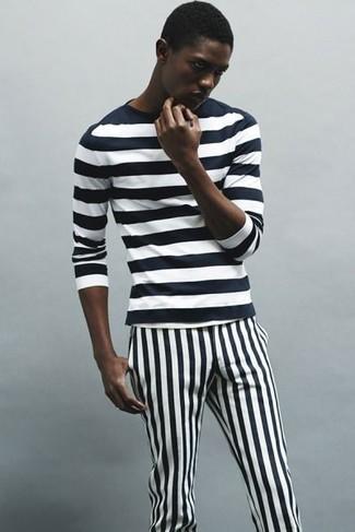 Cómo combinar: pantalón chino de rayas verticales en negro y blanco, camiseta de manga larga de rayas horizontales en negro y blanco