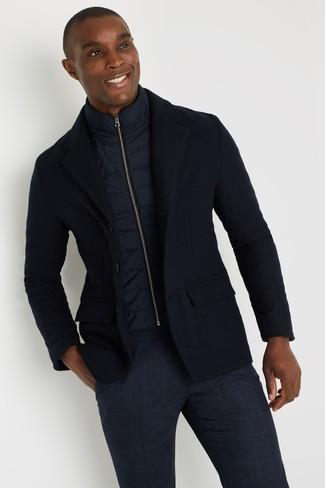 Cómo combinar: pantalón chino de tartán azul marino, blazer de lana azul marino, chaleco de abrigo azul marino