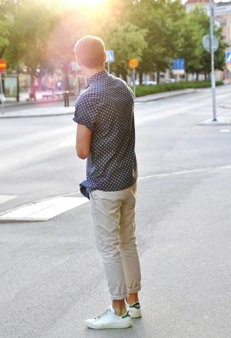 Combinar unos tenis de cuero en blanco y verde: Usa una chaqueta vaquera azul y un pantalón chino en beige para un look diario sin parecer demasiado arreglada. Haz este look más informal con tenis de cuero en blanco y verde.