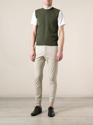 Outfits hombres: Usa un chaleco de punto verde oliva y un pantalón chino en beige para el after office. Zapatos oxford de cuero negros proporcionarán una estética clásica al conjunto.