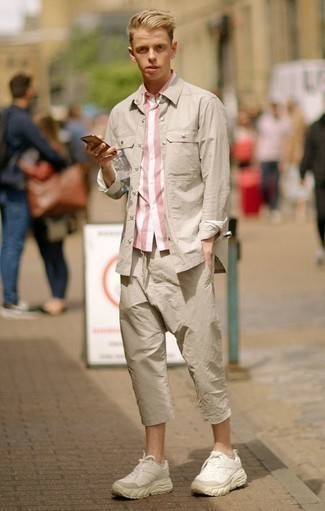 Combinar una camisa de manga larga en beige: Para un atuendo que esté lleno de caracter y personalidad ponte una camisa de manga larga en beige y un pantalón chino en beige. ¿Quieres elegir un zapato informal? Opta por un par de deportivas en beige para el día.
