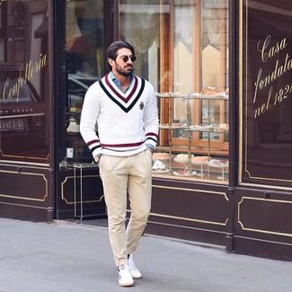Cómo combinar: tenis blancos, pantalón chino en beige, camisa de manga larga de cambray azul, jersey de pico en zig zag blanco