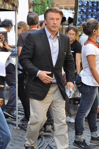 Cómo combinar: mocasín de cuero en marrón oscuro, pantalón chino en beige, camisa de manga larga celeste, blazer en gris oscuro