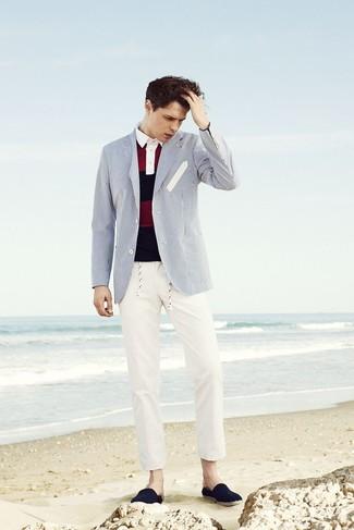 Cómo combinar: alpargatas de lona azul marino, pantalón chino en beige, camisa polo de rayas horizontales en rojo y azul marino, blazer de rayas verticales en blanco y azul