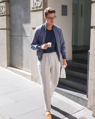 Cómo combinar: mocasín de ante en tabaco, pantalón chino de lino en beige, camiseta con cuello circular azul marino, cazadora de aviador azul marino