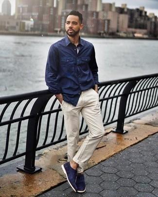 Outfits hombres en clima cálido: Considera ponerse una camisa de manga larga azul marino y un pantalón chino en beige para una apariencia fácil de vestir para todos los días. ¿Te sientes valiente? Completa tu atuendo con zapatos oxford de ante azul marino.