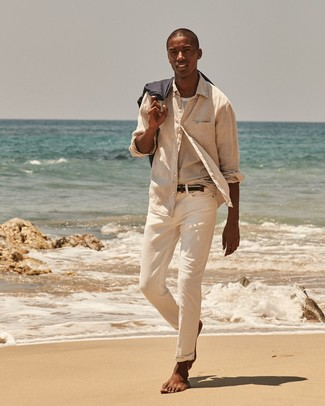Cómo combinar: correa de lona tejida azul marino, pantalón chino en beige, camiseta con cuello circular de rayas horizontales blanca, camisa de manga larga de lino en beige