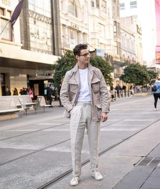 Cómo combinar: tenis de cuero blancos, pantalón chino de lino en beige, camiseta con cuello circular blanca, chaqueta campo de lino en beige