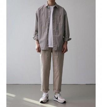 Combinar un pantalón chino en beige: Utiliza una chaqueta estilo camisa gris y un pantalón chino en beige para lograr un look de vestir pero no muy formal. ¿Quieres elegir un zapato informal? Complementa tu atuendo con deportivas en beige para el día.
