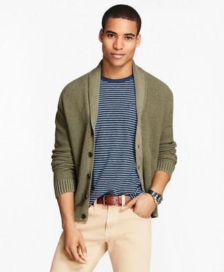 Cómo combinar: correa de cuero marrón, pantalón chino en beige, camiseta con cuello circular en blanco y azul marino, cárdigan con cuello chal verde oliva