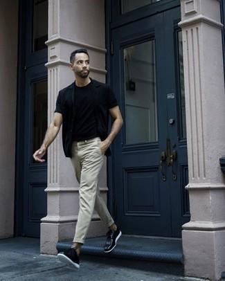 Combinar unos zapatos derby de cuero negros: Empareja una camisa de manga corta negra con un pantalón chino en beige para una apariencia fácil de vestir para todos los días. Dale onda a tu ropa con zapatos derby de cuero negros.