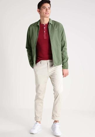 Cómo combinar: deportivas blancas, pantalón chino en beige, camiseta henley roja, cazadora de aviador verde oliva